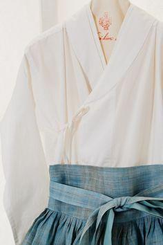 Korean Fashion On The Streets Of Paris Korean Traditional Dress, Traditional Fashion, Traditional Dresses, Korean Dress, Korean Outfits, Modern Hanbok, Asian Fashion, Vintage Fashion, Costume