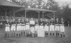 Het kampioensteam van SC Enschede uit 1926 (De foto is genomen voor de houten hoofdtribune op het Van Heekpark).