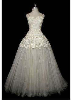 Vintage Wedding Gown by Christian Dior Vintage Gowns, Vintage Bridal, Vintage Outfits, Vintage Dior, Vintage Clothing, Vintage Weddings, Vintage Hats, Romantic Weddings, Dress Vintage