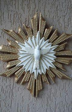 Espirito Santo de parede Wall Mandala, Diy Home Crafts, Arts And Crafts, Catholic Altar, Clothespin Art, Hanging Ornaments, Holy Spirit, Nativity, Sewing Projects