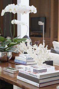Não deixe mesas e prateleiras vazias. Uma escultura, um livro, uma caixinha de madeira... São os pequenos detalhes que deixaram o espaço mais bonito.