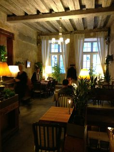 Von Krahli Aed on tunnelmallinen ravintola vanhassa kauppiastalossa. Ravintola tarjoaa modernia paikallista ruokaa hyvään hinta-laatusuhteeseen. / Tallinnn, Estonia