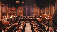 Floating pumpkins, special treats, and spooky decor. In the Harry Potter series, Hogwarts School of Witchcraft and Wizardry transforms into a Halloween Capa Harry Potter, Studio Harry Potter, Images Harry Potter, Harry Potter Halloween Party, Fete Halloween, Happy Halloween, Halloween Decorations, Halloween Camping, Haunted Halloween