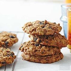 Everyone will fall in love with these delicious and filling cookies for breakfast. Peanut butter, oats, and bananas star in these breakfast treats, but don't forget to add cranberries or raisins to the mix! Healthy Make Ahead Breakfast, Healthy Brunch, Overnight Breakfast, Healthy Cookie Recipes, Healthy Cookies, Healthy Desserts, Delicious Desserts, Healthy Food, Vegan Recipes
