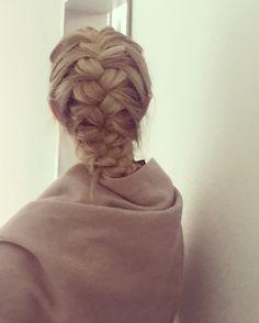 Fishbraid / loosely braided long blonde hair