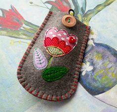 Tulip Flower Felt Glasses Case. $28.00, via Etsy. Felt Case, Felt Pouch, Felt Crafts Diy, Sewing Crafts, Fabric Cards, Felt Embroidery, Easy Stitch, Crafty Craft, Crafting