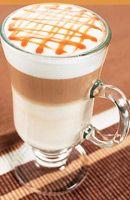 Latte Macchiatto Caramel - Recette. Faites chauffer le lait et préparez 20 cl de café noir chaud. Répartissez le lait dans 4 grands verres et faites mousser le...