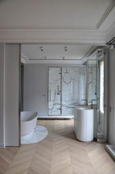 carrelage imitation bois, style chevron dans salle de bain moderne