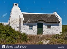 Download this stock image: white washed reed thatched roof cottages in Hotagterklip have been designated as national Monuments, Struis Bay, - DANJKR from Alamy's library of millions of high resolution stock photos, illustrations and vectors.