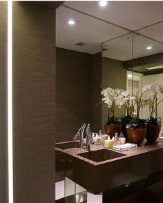 Lavabo com cuba esculpida por Nejaim Azevedo Arquitetos #powderroom #bathroom #interiordesign #homedecor #lavabomoderno #decoração