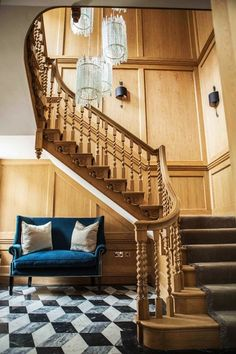 Wooden stairs are luxurious and elegant. Check out these 21 wooden stairs designs that are absolutely mesmerizing and inspiring! Rustic Staircase, Wooden Staircases, Wooden Stairs, Stairways, Fall Wood Projects, Wood Projects For Beginners, Wood Working For Beginners, Spiral Stairs Design, Staircase Design