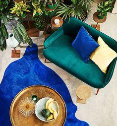 Un petit canapé en velours vert sapin avec piètement en bois, Pols Potten