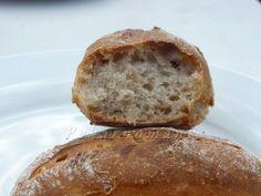 Dalamánky jsou lehounké, fantasticky křupavé, s většími oky, výborné i druhý den. Suroviny: 20 g pravidelně živeného kvásku 80 g žitné chlebové mouky 80 g vody - smícháme v misce kvásek, vodu a žitnou mouku a zakryté (proti osychání a prachu) necháme pracovat 12 h v pokojové teplotě. Dále: 200 g vody 30 g oleje… Sourdough Bread, Bread Baking, Bread Recipes, Ham, Food And Drink, Yeast Bread, Baking, Hams