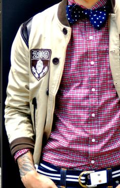 Checkered shirt, Bow tie, varsity jacket and striped fabric belt. Preppy Men, Preppy Style, Frat Style, Ivy Style, Style Me, Style Blog, Mens Fashion Blog, Men's Fashion, Campus Fashion