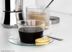 Cine se trezește de dimineață, are timp și pentru o pauză de cafea. www.IKEA.ro/ceasca_farfurie_GALL
