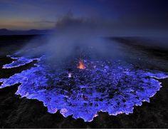 O fotógrafo Reuben Wu registrou um vulcão indonésio em erupção, liberando uma lava azul brilhante. O que está acontecendo?