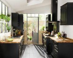 cuisine en bois et noir style rustique vaste et lumineuse                                                                                                                                                      Plus