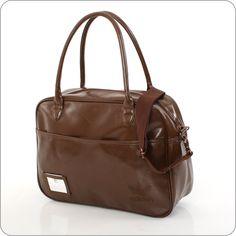 Holdall, die Carry All von Adidas. Hochmodische Casual Bag von Adidas Originals in besonders glänzendem Kunstleder. Das Addidas Logo ist diskret in die Oberfläche eingeprägt.