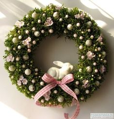 Attractive DIY Easter Wreaths that looks Fancy & Captivating - Ethinify Diy Osterschmuck, Happy Easter Banner, Diy Spring Wreath, Diy Easter Decorations, Flower Decorations, Arte Floral, Easter Wreaths, Easter Crafts, Decor Ideas