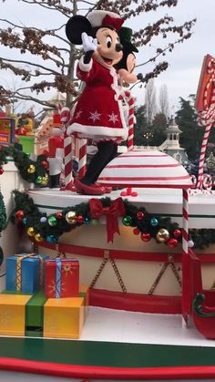 Weihnachten im Disneyland Paris Disneyland Paris Weihnachten, Disney Em Paris, Disneyland Paris Christmas, Walt Disney, Disneyland World, Disneyland Outfits, Disney Christmas, Disney Trips, Disney Love