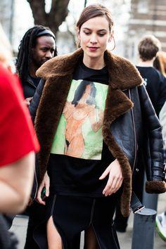 Alexa Chung aperçue en street style à la Fashion Week automne-hiver 2017 2018 de Londres