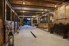 Fazenda produtora de alimentos em Bulger, Pensilvânia, USA. O nível mais baixo do celeiro, na foto, é para encontros mais íntimos. O espaço pode ser usado como um celeiro, com baias para os cavalos. Ou, as baias podem armazenar bebidas e alimentos. Fotografia: Roger Wade.