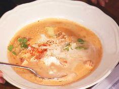 Hummersoppa med smörstekt jordärtskocka | Recept från Köket.se Brie, Cheeseburger Chowder, Ethnic Recipes, Food, Chinese, Meals, Yemek, Eten