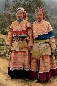 Vietnam ~ Marketplace of Si Ma Cai; you meet here a lot of tribal people like Flower Hmong, Black Phu La, Nung Ing, Thu Lao We Are The World, People Around The World, Ao Dai, Laos, Costume Ethnique, Ethno Design, Costumes Around The World, Ethnic Dress, Folk Costume
