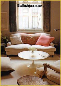 Cuando se empieza a decorar, hay que pensar muy bien en qué necesitamos y cómo vivimos realmente. No bastan los objetos para lograr un buen resultado y un clima, ya que si nos cargamos mucho de éstos y llevamos una vida ocupada y ajetreada, terminarán siendo un estorbo. Fresco, Accent Chairs, Lounge, Couch, Throw Pillows, Bed, Furniture, Home Decor, Environment