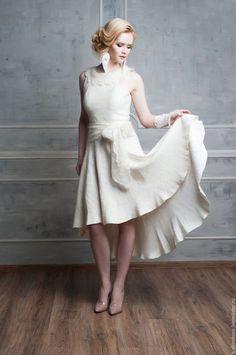 Купить или заказать Войлочное платье 'Французский шик' в интернет-магазине на Ярмарке Мастеров. Войлочное платье 'Французский шик', с отделкой из оренбургской пуховой вязаной шали (воротник, пояс). Цвет - сливочный, кремовый, легкая золотистость. Ассиметричная юбка солнце-клеш, спереди короче, сзади длиннее. Платье сваляно из тонкой 16мкн шерсти и большого количества волокон. На подкладе - маргиланский разряженный шелк, армирует изнанку. Сверху шерсть полотно покрыто большим количеством…