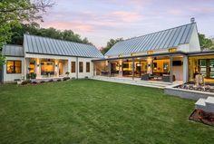 Awesome 85 Modern Farmhouse Exterior Design Ideas https://homstuff.com/2017/06/05/85-modern-farmhouse-exterior-design-ideas/