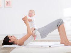 """Nach der Schwangerschaft ist vor der Schwangerschaft: Viele Mütter wollen möglichst schnell wieder aussehen wie früher. Im Spiegel bemerken sie allerdings erstmal einen weichen Bauch, Speckröllchen und - nach dem Abstillen - auch noch einen flachen Busen. Wie Frauen diese """"Nebenwirkungen"""" in den Griff kriegen und trotzdem gesund abnehmen, erklärt EATSMARTER in 5 Schritten. #baby #geburt #koerper #body #workout #schlank #afterbabybody"""
