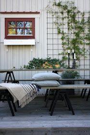 Tror nog banne mig det bor en liten Ernst i maken osså. Porch Garden, Outdoor Furniture Sets, Outdoor Decor, Entryway Bench, Cosy, Diy And Crafts, Pergola, Villa, Cabin