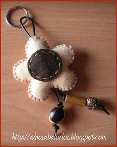 Llavero Flor: realizado con fieltro, cordón de cuero negro, abalorios de madera y semillas