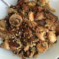 Bulgur, salteado de ajo, cebolla, champis, setas shiitake, seitán y semillas de calabaza.