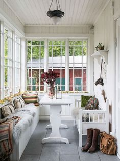 Ideas and inspiration Small Cottage Interiors, Swedish Interiors, Cottage Homes, Veranda Interiors, Scandinavian Cottage, Swedish Cottage, Cottage Style, Home Interior, Interior Design
