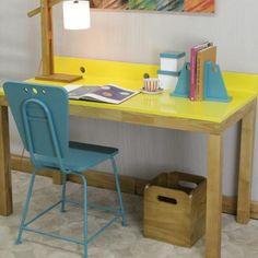 Ambiente colorido e criativo para inspirar suas ideias nos home office! Escrivaninha amarela, com cadeira turquesa e luminária estilo pallet. Um charme! #design #decoratingideias #decoraçao #homeoffice #escritorio #escrivaninha #criadomudo