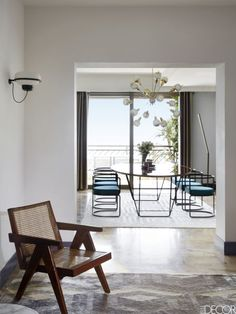 En este apartamento de Montecarlo, la mesa del comedor y las sillas son de DimoreStudio, la lámpara de techo Sputnik de Fedele Papagni, y el suelo de cemento es original de 1970. Las piezas de arte del comedor fueron realizadas porPierre Le-Tan.