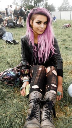 Love the pink hair and grunge style. If I could only pull off that shaved side tho!/// shes hella cute
