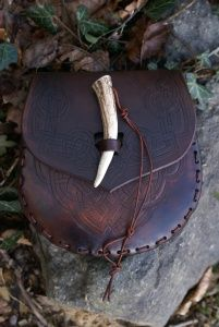 intricately carved knotwork pointed flap sturdy brown dual purpose sporran / belt pouch with antler toggle fastening