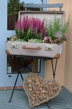 Koffer vor die Tür gestellt - Karin Urban - NaturalSTyle A quirky suitcase from the flea market I laid out with foil before I put in a few plant pots with heather, rosemary and sedum. Garden Art, Garden Design, Home And Garden, Gnome Garden, Container Plants, Container Gardening, Metal Folding Chairs, Deco Nature, Quirky Home Decor