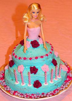 Die Barbie barfuß ins Backwerk gerammt.