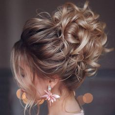 Refined collections, hairstyles with twist and mix of different braids, glamorous red carpet looks or more casual, let's discover together all the trendiest spring summer 2020 hairstyles! Wedding Hairstyles For Long Hair, Wedding Hair And Makeup, Bride Hairstyles, Pretty Hairstyles, Bridal Hair, Hair Makeup, Half Up Wedding Hair, Woman Hairstyles, Dance Hairstyles