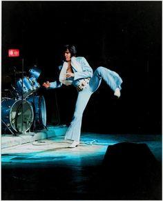 Elvis Presley incorporating Karate moves in his performances Elvis Presley Concerts, Elvis Presley Family, Elvis In Concert, Elvis Presley Photos, Priscilla Presley, Mississippi, Rock N Roll, Karate Moves, Karate Kick
