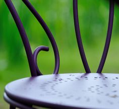 Une structure en fil acier tout en légèreté… des volutes pleines de fraîcheur… une largeur d'assise confortable… une empilabilité parfaite… la chaise Montmartre allie à un produit de tradition le confort d'usage d'aujourd'hui.