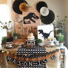 Festa Dinossauros. Pic via @ohhappyday__eventparty #encontrandoideias #blogencontrandoideias #fabiolateles 2nd Birthday Party Themes, Party Themes For Boys, Dinosaur Birthday Party, Third Birthday, Birthday Party Decorations, Jurassic Park Party, Childrens Party, Holiday Parties, Ideas Decoración