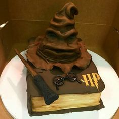 This Sorting Hat all Harry Potter fans will fall in love with. This Sorting Hat all Harry Potter fans will fall in love with. Bolo Harry Potter, Gateau Harry Potter, Harry Potter Sorting Hat, Harry Potter Birthday Cake, Harry Potter Food, Harry Potter Book Cake, Fall Cake Recipes, Fall Desserts, French Desserts