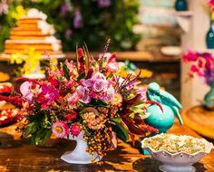 Katia, decoradora, selecionou o melhor das flores tropicais, suculentas e sementes para construir os mais diferentes arranjos nesse casamento que está maravilhoso. Veja mais: http://yeswedding.com.br/pt/antena-yes/post/um-toque-de-turquesa