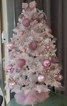 100 Festive Christmas Tree Ideas that'll make the Christmas Cheer even more Vibrant - Hike n Dip - - Thinking about Christmas Trees? Why not take a Look at this collection of festive Christmas tree ideas that will give you plenty of unique ideas. Pink Christmas Tree Decorations, Rose Gold Christmas Tree, Elegant Christmas Trees, Mini Christmas Tree, Shabby Chic Christmas, Christmas Holidays, Holiday Tree, Vintage Christmas, Christmas Ideas