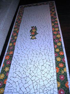 Tampo de mesa em mosaico (azulejos brancos e coloridos) (mesa em alvenaria) Mosaic Diy, Mosaic Tiles, Stone Mosaic, Mosaic Glass, Mosaic Walkway, Mosaic Stairs, Hallway Flooring, Decorated Wine Glasses, Mosaic Projects